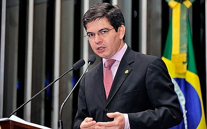 Governo Bolsonaro ignorou 53 e-mails da Pfizer, diz Randolfe Rodrigues