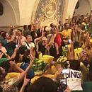 Torcida brasileira faz festa no metrô de Moscou após a classificação da Seleção às oitavas de final da Copa