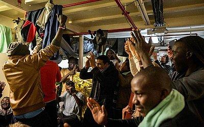 """Imigrantes a bordo do navio de resgate Holandês """"Sea Watch 3"""" na Costa de Malta. Malta chegou a um acordo com outros Estados-membros para permitir que os 49 migrantes a bordo dos dois navios de salvamento pudessem desembarcar."""