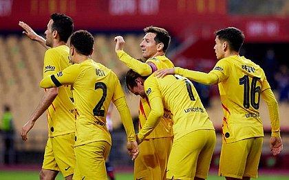 Messi marca duas vezes e comemora com os companheiros do Barcelona