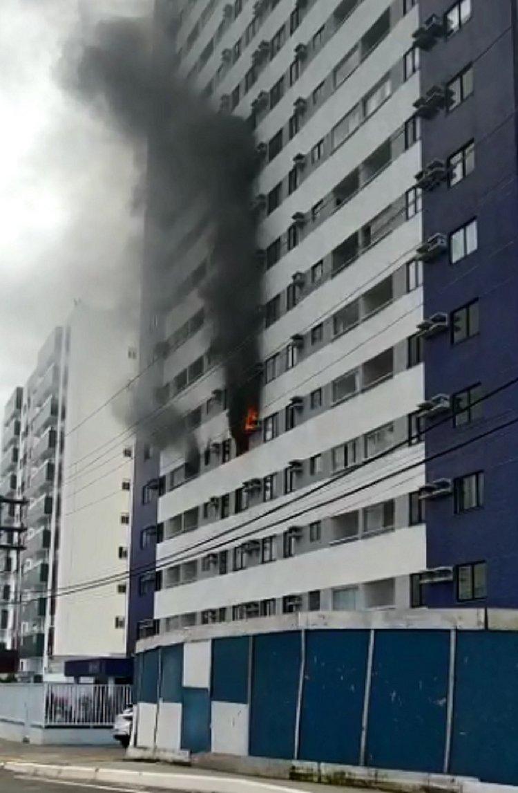 Grávida passa mal após incêndio em prédio de Brotas; veja vídeo