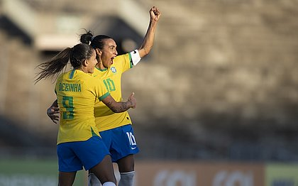 Marta comemora com Debinha após marcar golaço