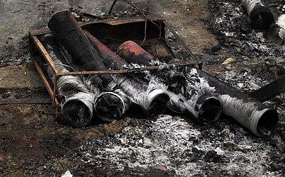 O galpão armazenava 890 Kg de fogos de artifício e ficou totalmente destruído.