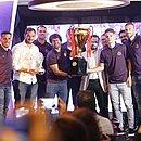 Diretoria e jogadores do Bahia exibem a taça de campeão estadual durante premiação do Baianão 2019