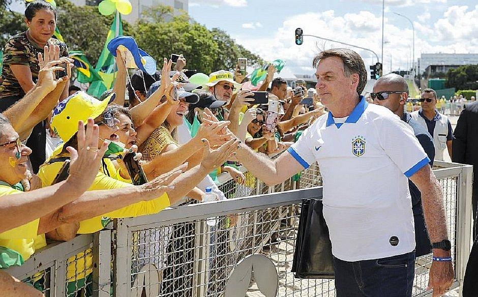 Bolsonaro terá que pagar R$ 2 mil caso ande sem máscara em locais públicos