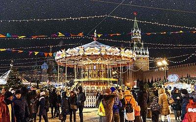 Carrossel no mercado de Natal na Praça Vermelha, em Moscou.