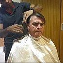 Presidente Jair Bolsonaro fez transmissão ao vivo no cabeleireiro