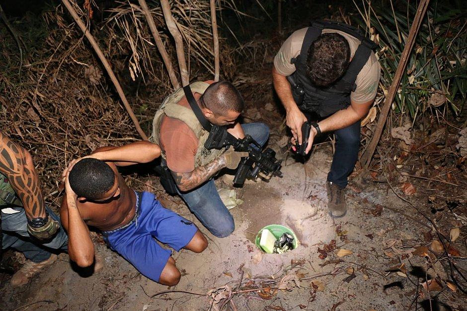 Polícia encontra esconderijo subterrâneo de droga em Sussuarana Nova
