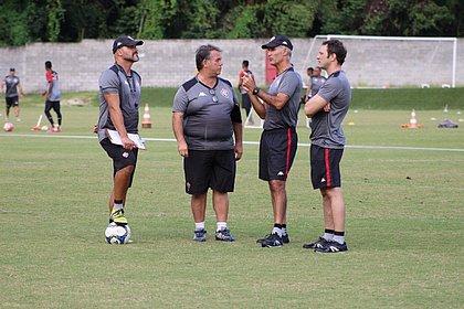 O auxiliar Flávio Tanajura, o fisiologista Alexandre Dortas, Carlos Amadeu e o novo assistente Bruno Pivetti