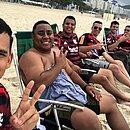 Diego Rodrigues, 26, único sem camisa, em Copacabana antes da tragédia; ele sonhava em conhecer o Maracanã
