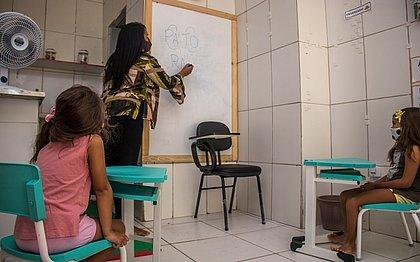 A professora Luciana Limoeiro montou espaço na garagem de casa para ministrar as aulas de reforço. Demanda maior é de alunos em fase de alfabetização