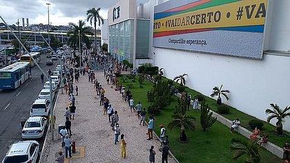 Clientes formam fila para entrar no Shopping da Bahia