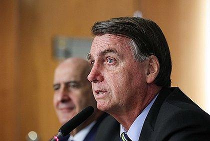 Bolsonaro volta a questionar urnas eletrônicas e ataca Barroso