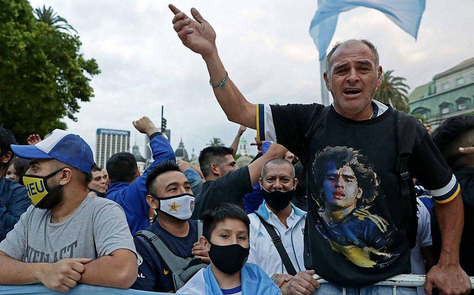 Mesmo com a pandemia, milhares de argentinos foram se despedir de Diego Maradona