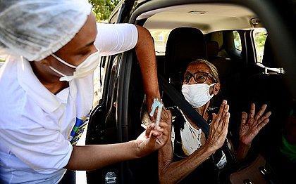 Internações de idosos com 90 anos ou mais caem 20% após início da vacinação no Brasil