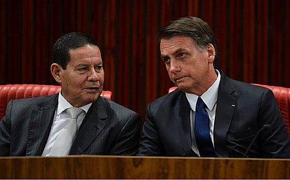 Moraes pede vista e TSE adia julgamento de 2 ações contra chapa Bolsonaro-Mourão