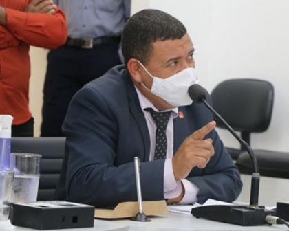 Vereador de Teixeira de Freitas é baleado em posto de gasolina