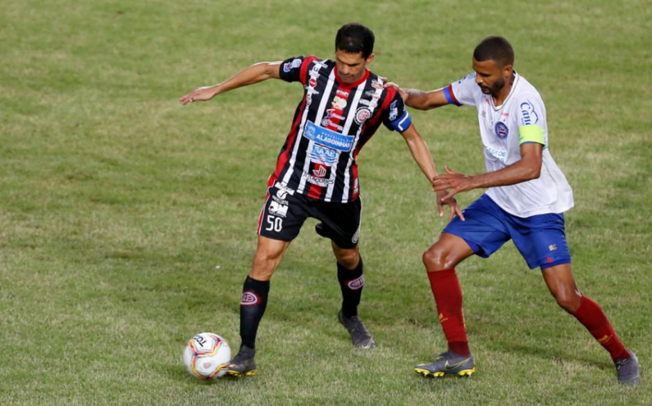 Magno Alves, do Atlético, e Ernando, do Bahia, disputam bola durante partida que aconteceu na última quinta-feira (23)