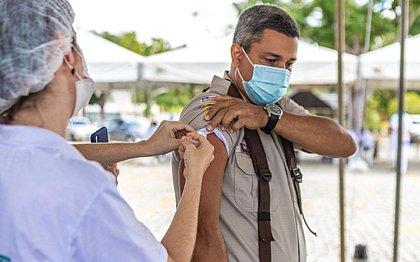 Imunização para policiais com mais de 50 anos começou nesta quarta na capital baiana; outros municípios iniciam a vacinação nesta quinta