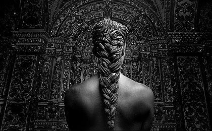 Artista ensina os segredos das tranças afro
