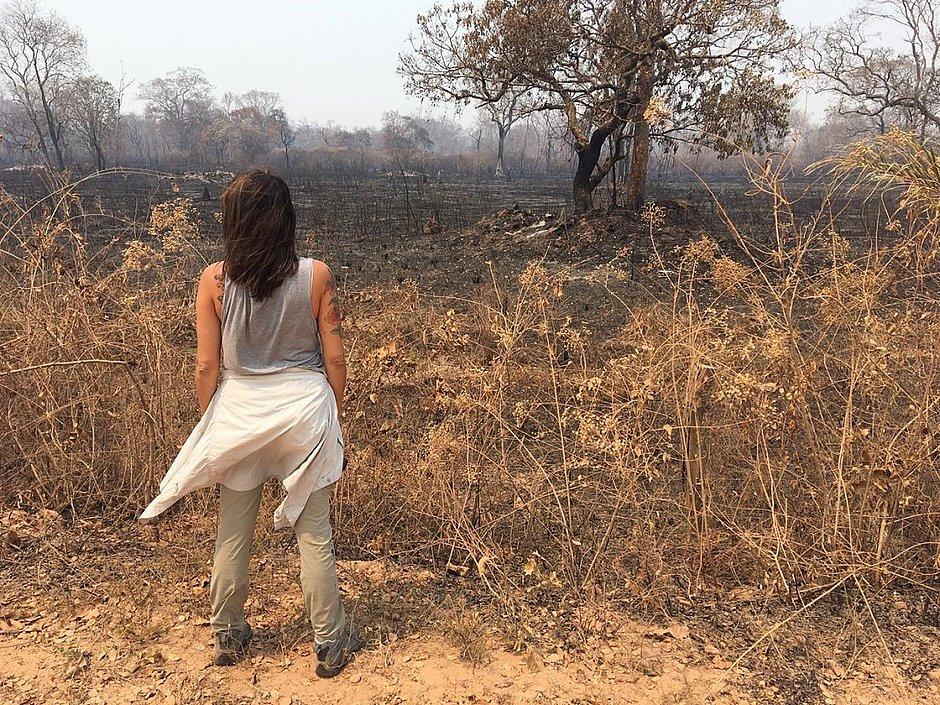 Luciana Leite observa a vegetação queimada no Pantanal