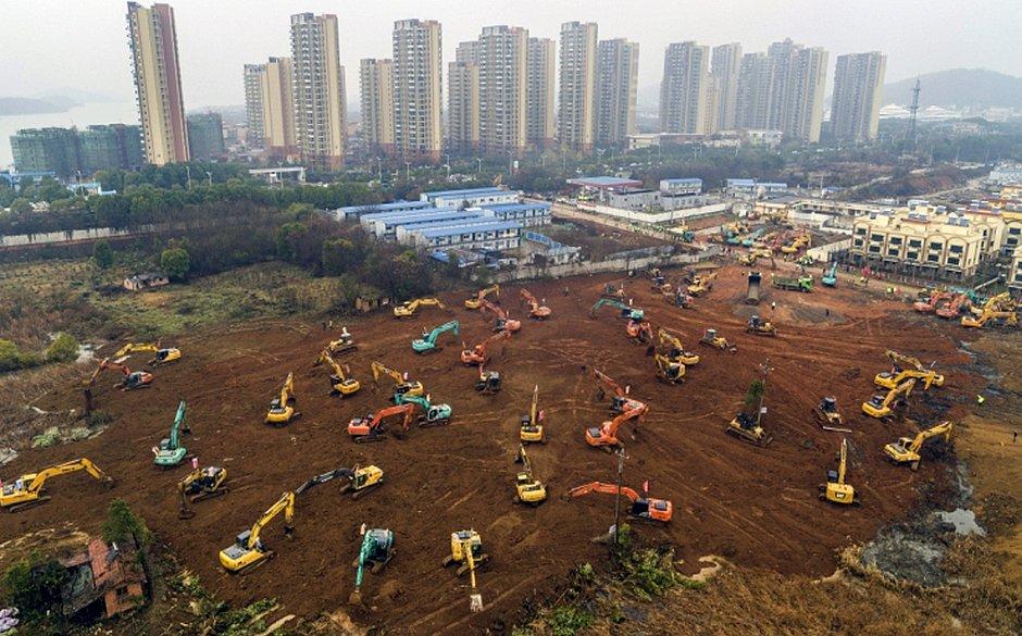 Escavadeiras em canteiro de obras de novo hospital sendo construído em Wuhan, na província central de Hubei, na China