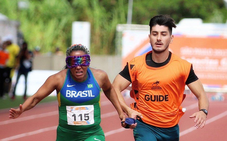 Com baixa visão, o fotógrafo João Maia ganhou notoriedade registrando esportes paraolímpicos