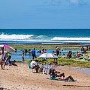 Banhistas aproveitam o sol em praia de Salvador