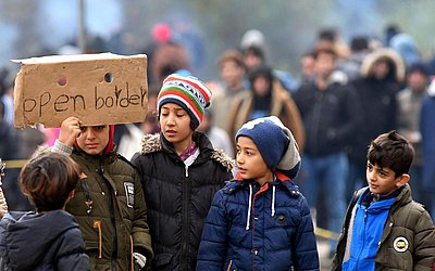 Filhos de migrantes asiáticos protestam nas proximidades de Maljevac fronteira com a vizinha Croácia, perto do Norte da Bósnia na cidade de Velika Kladusa,