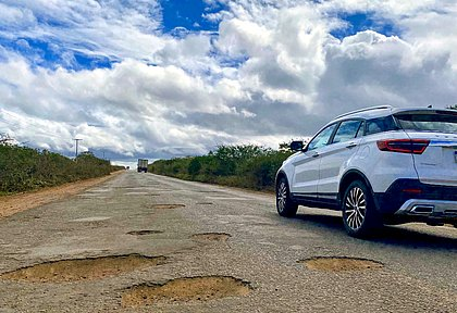Guiar em estradas com asfalto deteriorado ou sem pavimentação exige alguns cuidados e atenção redobrada