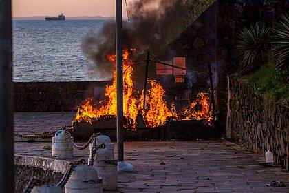 Incêndio criminoso em barraco no Porto da Barra deixa uma vítima em estado grave