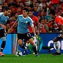 Cavani, com a bola, é marcado por Pulgar na vitória do Uruguai sobre o Chile