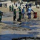 Trabalhadores limpam praia da Pituba