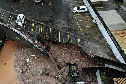Muro de condomínio desaba e derruba carro no Imbuí