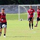 Ruy com a bola, observado por Lucas Cândido e Anselmo Ramon