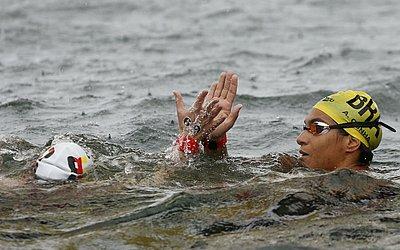 Ainda na água, ela cumprimentou a alemã Finnia Wunram, vice-campeã