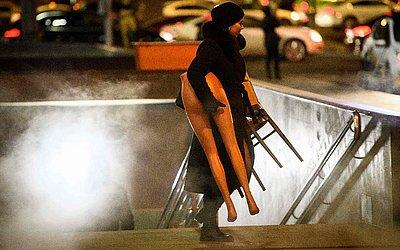 Mulher e manequim em Moscou.