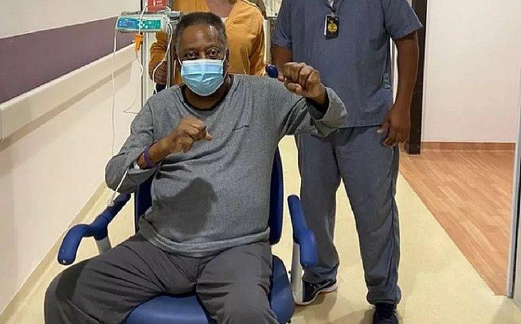 Pelé dá socos no ar para comemorar recuperação: 'Cada dia melhor'