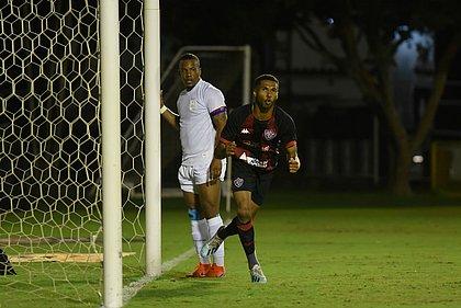 Wesley comemora o segundo gol do Vitória, marcado por ele