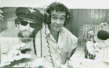 Waldir Serrão com foto de Raul Seixas, que foi seu amigo