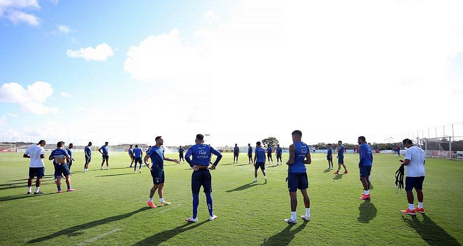 Após treino na Cidade Tricolor, elendo do Bahia embarcou rumo a Curitiba