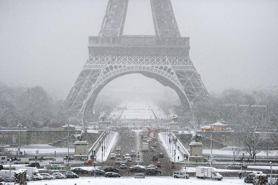 Torre Eiffel é fechada por causa da neve