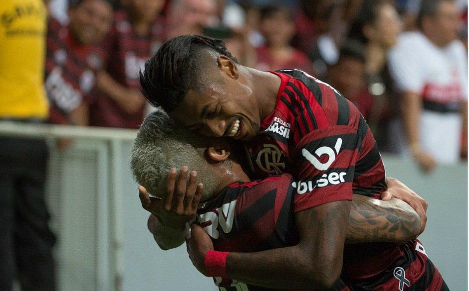 Bruno Henrique e Gabriel festejam diante do Vasco no Maracanã