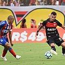 Nino Paraíba e Lucas Fernandes em lance de um Ba-Vi no Barradão, pela Série A 2018