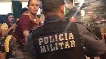 Mulher é presa após jogar cerveja na cara de policial em Cuiabá; vídeo