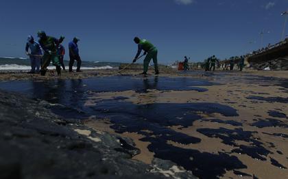 Quantidade de óleo que chega às praias depende de correntes marítimas e ventos, diz oceanógrafo