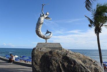 Escultura em aço carbono, de Mário Cravo Jr, na orla de Itapuã
