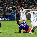 Messi disputa bola com Barrios durante jogo na Fonte Nova
