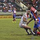 Moisés passa pelo jogador do Rio Branco durante partida na Arena da Floresta