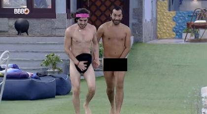 Gilberto e Fiuk dão selinho e pulam nus na piscina do BBB21; veja vídeo